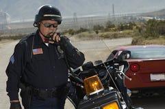 Poliziotto di traffico che usando radio Fotografie Stock