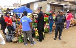 Poliziotto e turista al mercato di verdure Fotografia Stock