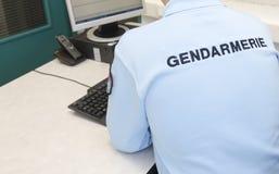 Poliziotto francese al computer Fotografie Stock Libere da Diritti