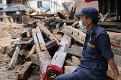 Poliziotto mascherato che custodice il sito devastante fotografie stock libere da diritti