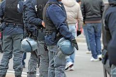 Poliziotto mentre hanno accompagnato i fan allo stadio Fotografie Stock