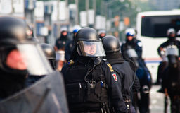 Poliziotto nell'azione per la protesta di G20/G8 Toronto immagini stock