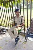 Polizist beachtet im roten Fort schützt Besucher Stockfotografie