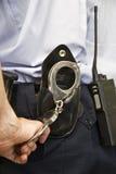 Polizist betriebsbereit festzuhalten. Stockfotografie