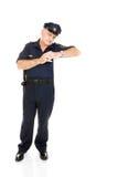 Polizist, der auf weißem Platz sich lehnt Stockbilder