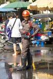 Polizist, der an den Straßen arbeitet lizenzfreies stockbild