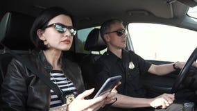 Polizist, der heraus Verdächtigen stapelt lizenzfreies stockbild