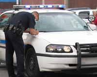 Polizist, der Report bildet lizenzfreies stockbild
