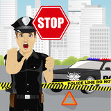 Polizist, der Stoppschild hält und die Endgeste warnt über den Unfall nahe Polizeiwagen zeigt Stockbild