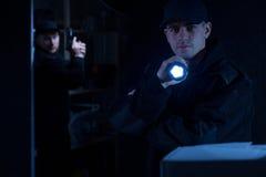 Polizist, der Taschenlampe hält Lizenzfreies Stockbild