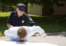 Polizist hält Treiber fest Lizenzfreies Stockbild