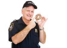 Polizist liebt Schaumgummiringe Stockfotos