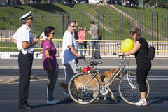 Polizist und Fußgänger, Fahrrad und Hund Lizenzfreie Stockfotos