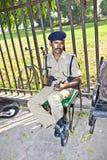 Polizist zahlt Aufmerksamkeit im roten Fort Stockfotografie