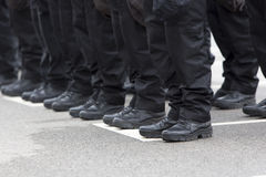 Polizistbeine und -stiefel Stockfotografie