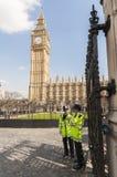 Polizisten, die Eingang zu den Häusern des Parlaments bemannen Stockfotografie