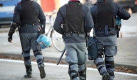 Polizisten mit anti-kugelsicherer Jacke patrouillieren die Straßen von lizenzfreies stockfoto