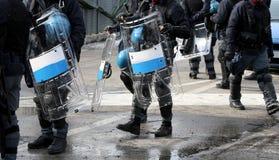 Polizisten mit Schildern und Schutzausrüstung während des Sportereignisses I Stockbilder