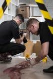 Polizisten am Mordschauplatz Stockfotos