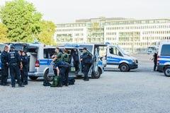 Polizisten und Polizeibeamtinnen, die ihre Schutzausrüstung vor einer Aktion vor dem Köln-Ausstellungsboden vorbereiten Lizenzfreie Stockbilder