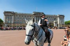 Polizistin auf einem Pferd Stockfotografie