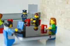 Polizistin, die ein Gespräch in einem Büro über Sicherheit gibt Stockfotos