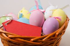 Polka Dot Easter Eggs in un canestro Fotografia Stock