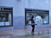 Polka Dot Umbrella an einem regnerischen Tag lizenzfreie stockfotos