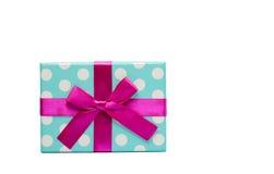 Polka punktierte Geschenkbox mit dem rosa Bandbogen, der auf weißem Hintergrund lokalisiert wird, addieren gerade Ihren eigenen T Stockfotografie