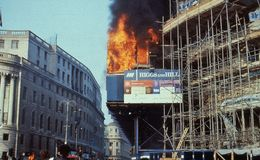 Poll Tax Riots, London. The South African embassy in flames during the Poll Tax Riots in Trafalgar Square, London on March 31, 1990. The protests were against Stock Photo