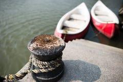 Pollaren som binds i hamnen Fotografering för Bildbyråer