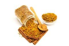 Pollen et cannelle d'abeille   Photographie stock libre de droits