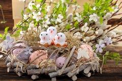 Polli di molla di Pasqua nella decorazione del nido Fotografia Stock