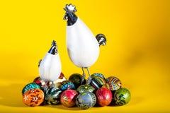 Polli di Pasqua con le uova dipinte Fotografie Stock