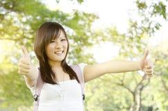 Pollice asiatico dello studente di college su Immagini Stock Libere da Diritti