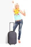 Pollice dante turistico femminile su dietro un pannello Fotografie Stock Libere da Diritti