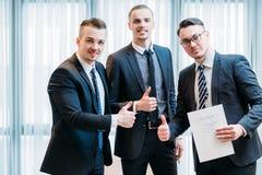 Pollice di affari del contratto di affare di lavoro di squadra di successo su Fotografia Stock Libera da Diritti