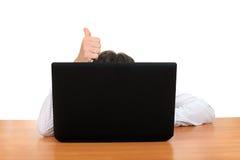 Pollice su dietro il computer portatile Fotografia Stock Libera da Diritti