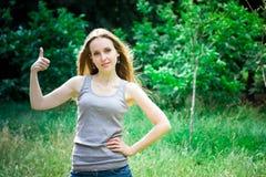 Pollici della giovane donna su fotografie stock libere da diritti
