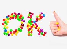 Pollici felici della mano su con il manicure variopinto ed il Ca Immagine Stock Libera da Diritti