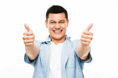 Pollici felici dello studente di college asiatico su Fotografie Stock