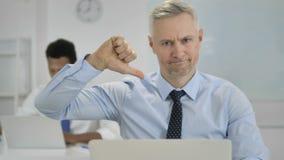 Pollici giù da Grey Hair Businessman in ufficio archivi video