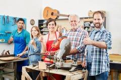 Pollici hodling del gruppo e dell'artigiano su Fotografie Stock Libere da Diritti