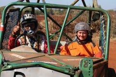Pollici maschii del driver su con il navigatore femminile dopo il completamento dei obs Immagine Stock