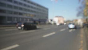 Pollici maschii di rappresentazione su ed automobile d'ondeggiamento della mano, di cattura, fare auto-stop e viaggio archivi video