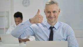 Pollici su da Grey Hair Businessman in ufficio video d archivio