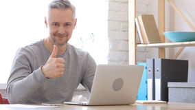 Pollici su dall'uomo Medio Evo che lavora al computer portatile Immagini Stock Libere da Diritti
