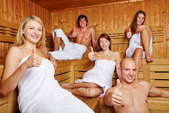 Pollici in su in una sauna mixed Immagini Stock