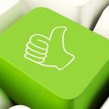 Pollici sul tasto del computer in approvazione di mostra verde ed essere un fan Fotografia Stock
