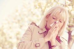 Polline senior di allergia della donna Immagini Stock Libere da Diritti